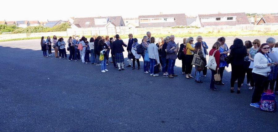 oulander fandom, The queue was REALLY long waiting to get an autograph from Caitriona Balfe at Highlanders 2,