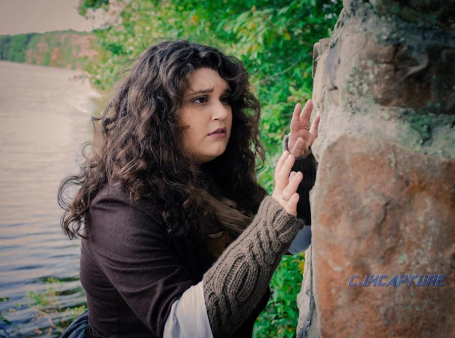outlander cosplaying, reeneacting Claire at the stones
