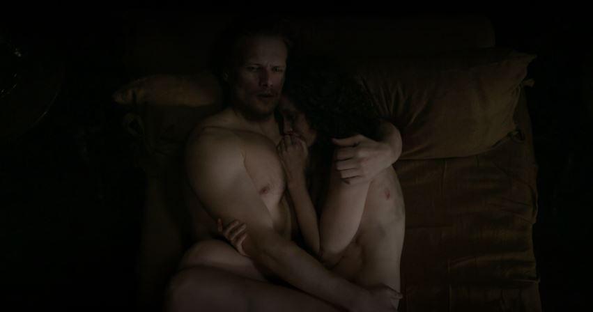 jamie holding claire, outlander season 5 finale